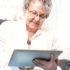 Ältere Frau mit einem Tablet in den Händen