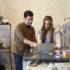Junger Mann und Frau arbeiten zusammen in Bekleidungsgeschäft