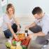 Frau packt Lebensmittel aus Karton aus; copyright: panthermedia.net / Andriy Popov