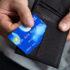 Person zieht Kreditkarte aus der Brieftasche; copyright: PantherMedia / Andriy Popov