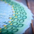 100-Euroscheine auf einem braunen Tisch; copyright: PantherMedia / Andrei Barmashov