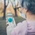 Senior Frau mit Coronavirus Tracking-App auf ihrem Handy; copyright: PantherMedia / Arne Trautmann