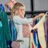 Frau schaut sich Kleidungsstück im Laden näher an; copyright: panthermedia.net/IgorVetushko
