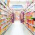 Innenansicht eines Supermarkts mit gefüllten Regalen