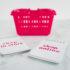 Zwei Einkaufszettel vor rotem Einkaufskorb; copyright: PantherMedia/Faithie