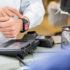 Person bezahlt mit Smartwatch an einer Kasse; copyright: panthermedia.net/SimpleFoto