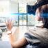 Frau trägt eine VR-Brille in einem Autohaus