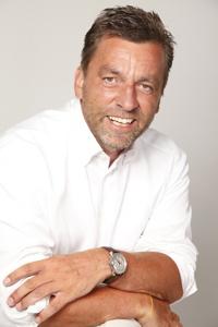 Mann in weißem Hemd lächelt in die KAmera; copyright: Pegasystems