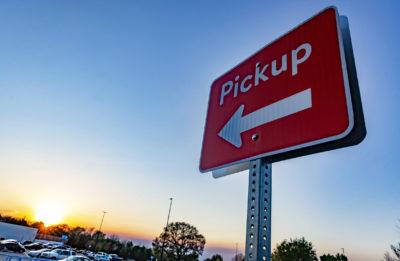 Ein rotes Schild mit Pfeil auf dem Pickup steht
