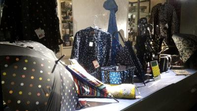 Schaufenster mit Regenschirmen und Regenkleidung; copyright: iXtenso/Pott