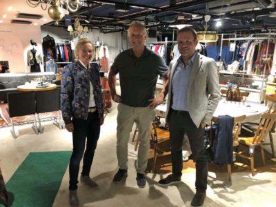 """Elke Moebius und Ulrich Spaan nehmen Göran Swärdh in die Mitte. Er ist Concept Manager und Business Developer bei AMF Fastigheter, dem Mutterunternehmen von """"the lobby"""" (© Team EuroShop)"""