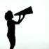 Eine Frau als Silhouette, die in ein Megafon ruft